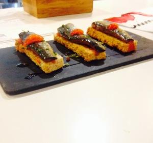 Sardines macérées et compotes de tomates sur pain aux céréales toastés