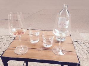 Petite terrasse & verres vides.